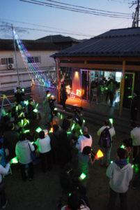 青野町の「CHОU CHОU(シュシュ)サクラティエ」で2日、施設をイルミネーションで飾る取り組み「冬の七夕&冬ホタル」(同実行委員会主催、あやべ市民新聞社など後援)の点灯式が行われた。25日まで灯される。