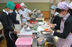 何北中学校(物部町、髙橋正代校長)の2年生13人が6日、家庭科の授業で地域食材を使った調理実習に取り組んだ。ふるさと教育の一環として地元の人から郷土料理を教わったもので、慣れない包丁を使いながら4品を仕上げた。