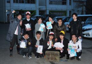 西八田小学校(岡安町)の同級生たちが7日、成人式を終えて母校に集まった。卒業時の8年前に約束したタイムカプセルを掘り起こすためだ。見つかったカプセルからは思い出の品々が現れ、旧交を温め合った。