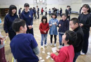 志賀郷町の志賀小学校(四方智明校長、53人)で15日、福知山高校演劇部(足立和帆部長)を講師に招いたワークショップが行われ、全校児童が声の出し方や表現方法の工夫について学んだ。