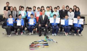 20、21の両日、滋賀県長浜市で開かれる第21回近畿小学生選抜インドアソフトテニス大会と、3月29~31日に千葉県白子町で開催される第16回全国小学生ソフトテニス大会に出場する綾部ジュニアソフトテニスクラブ(大槻伸一代表、51人)所属の小学生たちを激励する会が18日夜、市役所まちづくりセンターで開かれた。