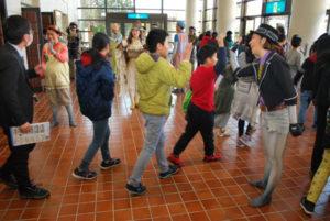 全国各地の小学生を無料招待する劇団四季の「こころの劇場」が23日、里町の府中丹文化会館であった。ミュージカル「ガンバの大冒険」が上演され、俳優たちが熱演する舞台に子どもたちが引き込まれた。