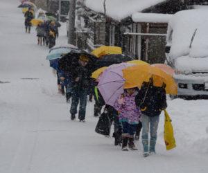 年が明けても雪らしい雪のなかった綾部だったが、日本列島が猛烈な寒波に襲われた24日夜から25日朝にかけて市内も今冬初めての大雪に見舞われ多くの市民が早朝から久しぶりの雪かき作業に追われた。また、市内各地で連日最低気温が零下3~4度台という厳しい寒さとなった。