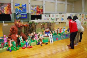 市内の幼児園、こども園、幼稚園、小中学校の子どもたちが制作した感性豊かな美術作品が並ぶ第35回市美術展幼・小・中の部「アートフェスタ2018」(市教委など主催)が、2日から並松町の市民センター2階競技場で始まった。4日まで。
