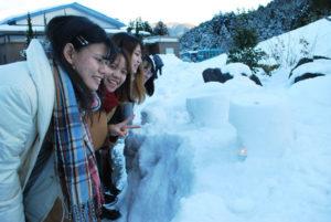 NPO法人・北近畿みらい(四方八洲男理事長)による着地型観光モニターツアーで5日、龍谷大学などで学ぶ留学生16人が来綾した。参加者たちは、自然や文化に触れることを通じて綾部の魅力を体感した。