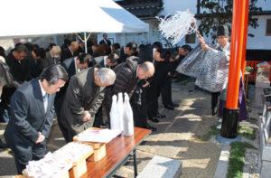 西町1丁目の綾部稲荷社で7日、同社遷座10周年記念祭典と初午(はつうま)大祭が行われた。