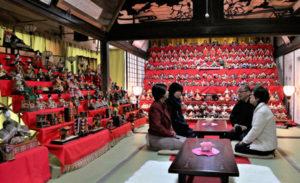 上延町の真言宗東光院(松井真海住職)の本堂や庫裏(「くり)に500体以上のひな人形が飾られ、一般公開が始まっている。広い庫裏の室内を埋め尽くすひな飾りは壮観の一言だ。