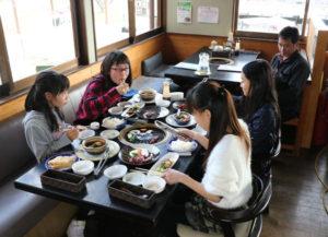 一昨年夏に結成した綾部のご当地アイドル「cocon」がこのほど、地元の魅力を伝えるリポーターの仕事に初挑戦