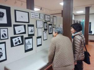 グンゼ創業者、波多野鶴吉(1858~1918)の生誕160年、没後100年を迎えた今年、同社発祥の地であり登記上の本社がある綾部で様々な記念イベントが目白押し。21日からは青野町のグンゼ博物苑「集蔵」を会場に、鶴吉の遺品や写真パネルなど関連資料を集めて「郡是展」が開かれている。26日まで。