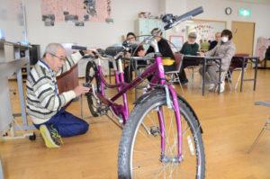 視覚障害がある人も後部座席に座って走行を楽しめるタンデム自転車(二人乗り自転車)の、前席に座る「パイロット」を養成するための講座が25日、青野町の市保健福祉センターで開かれた