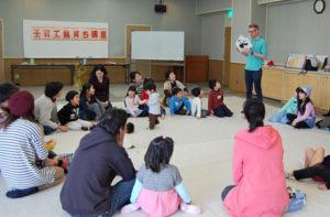 親子のふれあいや絆を深める機会を作ろうと市教育委員会は10日、青野町の市保健福祉センターで「子育て親育ち講座」を開催し、10歳未満の幼児、小学生とその保護者らが参加して英語を使った遊びやゲームを楽しんだ。