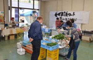 「小さな拠点」による地域活性化を目指して今年度は昨年8月から計3回、志賀郷町のJA京都にのくに何北支店の倉庫を拠点に開催された「七不思議マート・ほっこりサロン」(七不思議伝説の里・志賀郷地域振興協議会主催)は今年3月から、月2回の定期開催に拡大された。同支店にあった購買店舗が1月末で閉鎖されたことに伴い、「地元で買い物をする場所がなくなり寂しい」という声に応えたもので、同支店が旧購買店舗で毎月第2、4火曜に開いている「何北火曜日市」に併せる形での〝新装開店〟となった。