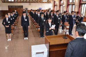 東証一部上場企業のグンゼ(廣地厚社長)は2日、登記上の本店を置く青野町の綾部本社講堂で入社式を執り行い、39人(男性29人、女性10人)を新たな仲間として迎え入れた。