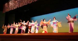 5年前の「東日本大震災チャリティー舞踊会」以来となる日本舞踊「菊宣会」(尾上菊宣会主)の発表会(市文化協会、あやべボランティア総合センター、あやべ市民新聞社後援)が13日、里町の府中丹文化会館で華やかに開かれた。