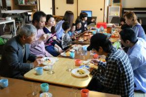 毎週土曜、誰でも気軽に訪れて安価に昼食が食べられる「なかよし食堂」と題した取り組みが、西町アイタウン1番街(西町2丁目)の民家で先月から始まった。舞鶴市内で3年前から同様の取り組みを続けるNPO法人「よのなか塾」(早田礼子理事長)が、蓄積したノウハウを広く活用してもらおうと、市外に初めて拠点を置いた。本来の目的は子どもの学習支援と昼食提供だが、利用者を限定しないことで、誰でも気軽に顔を出せる場にしたいという。