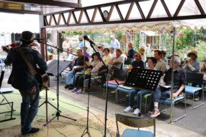 90種類、約130本のバラが見頃を迎えた物部町の「綾姫バラ園」で27日、第7回「綾姫バラまつり」が開かれ、一日で120人以上が訪れてバラの観賞や音楽を楽しんだ。