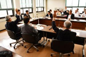 市議会は28日、市役所第1委員会室で議会運営委員会を開き、議員定数を1人以上削減することを求める市民からの陳情に対して委員の反対多数で不採択とした。最終結論は6月定例会の本会議で出すことにしているが、8月の市議選は定数18人の「現状維持」で行われる見通しが強まった。