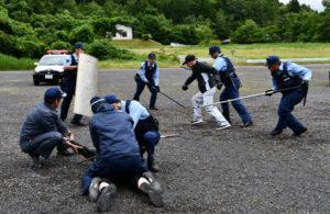 府警本部と福井県警本部、第8管区海上保安本部など5機関による日本海沿岸部からの密入国事案を想定した合同訓練が13日、両府県で行われた。関係機関との連携で対処能力の向上を図るのが狙いで、同県警と密入国事案を想定した訓練は今回が初めて。