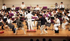 府警察音楽隊とカラーガード隊が演奏や演技を披露する「ミュージックパトロールin綾部」が17日、里町の府中丹文化会館で開かれ、ゲストで招いた綾部高校吹奏楽部との合同ステージでも会場を沸かせた。