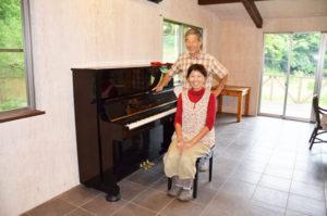 睦寄町の農家民宿「あやべ吉水(よしみず)」で管理人をしている氏本長一さん(68)とパートナーの芳川太佳子さん(43)の元にこのほど、1台のピアノが届いた。各家庭で使われなくなったピアノに再び光を当てる活動をしているジャズピアニストから贈られたもので、今月30日には同所でこのピアニストを招き「冬眠ピアノお目覚めコンサート」と銘打ったユニークな演奏会が催される。