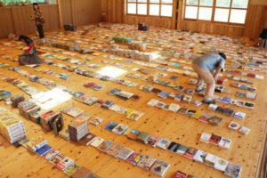 鍛治屋町の市里山交流研修センター(旧豊里西小学校)に長年眠っていた数千冊の本を、何冊でも自由に持ち帰ることができる企画「さとやま古本ひらば」が、25日から同センター・森もりホールで開かれている。入場無料で、7月1日まで。