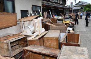 今回の記録的な豪雨で住宅の床上・床下浸水の被害が相次いだ物部町の下市地区(114世帯)。10日には地元住民のほか、市災害ボランティアセンターのボランティアによって家財道具の運搬などが本格化しており、復旧に向けて住民たちが結束して作業を進めている。