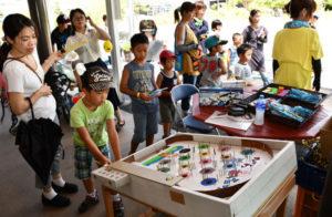 「スクエアDE縁日」と銘打った催しが21と22の両日、青野町のあやべグンゼスクエア(グンゼ博物苑、あやべ特産館)で開催された。市民にもっと施設を身近に感じてもらえるように―と初めて企画したもので、会場は家族連れらでにぎわった。