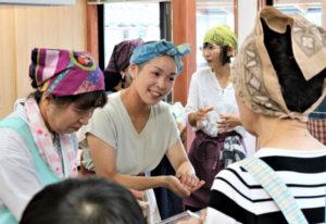 6月に竣工(しゅんこう)した志賀郷町の志賀郷公民館で7月24日、同公民館の施設を使った初めてのイベントとして「わをんモダン精進料理教室」(志賀郷地域振興協議会・志賀郷特産品加工センター主催)が開催され、市内や福知山、舞鶴の両市などから16人が参加した。