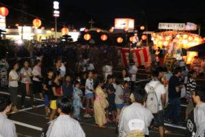 第44回「あやべ盆おどり大会」(同大会実行委員会主催)が15日夜、青野町のグンゼ駐車場で開かれ、市内16団体の連に飛び入り参加も加わり、総勢400人以上が伝統の踊りを楽しんだ。