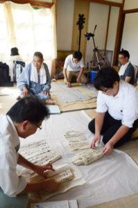 推古天皇7年(599)に聖徳太子が開創したと伝わる君尾山の古刹・真言宗醍醐寺派の光明寺(睦寄町、楳林誠雄住職)。1400年を超える長い歴史の中で蓄積された未調査の古文書や建築物、付随する文化財などが多く眠っているが、今月から京都府立大学による3カ年計画の調査が始まった。地元では「お宝を掘り出してもらって、地域おこしにつながれば」と、大きな期待をかけている。