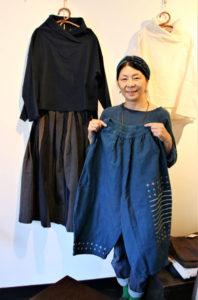 西町2丁目の「ギャラリーカフェ日々」で21日から「あきの綿衣展」が催されている。大阪府摂津市で綿を使った洋服やバッグなどを「SOW」というブランドで製作、販売するナラサキシノブさんが初めて綾部で開く個展だ。