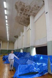 8月の台風で破損した市民センター(並松町)の屋根の修理が、ようやく終わった。