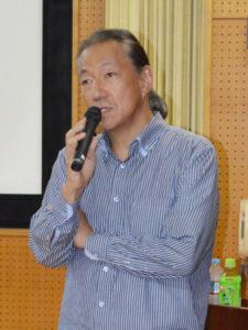 綾部高校PTA(片山奈巳会長)主催の人権講演会が6日、岡町の同校四尾山キャンパス(本校)視聴覚室で、講師に作家のドリアン助川さんを招いて催された。