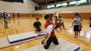 綾部青年会議所(綾部JC、四方章博理事長)主催の「キッズスポーツ体験会」(市後援)が8日、上杉町の市総合運動公園体育館などで開かれ、5歳児から小学6年生までの41人が体操、ゴルフ、バレーボール、野球の4種目を体験した。