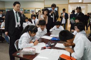 第67回全国へき地教育研究大会京都大会(全国へき地教育研究連盟主催)が12日、府内のへき地・小規模校を会場にして開かれた。このうち、F分科会の会場となった八津合町の上林小中一貫校(小林昌宏校長、37人)へは、全国から教員や教育関係者ら157人が来校。小、中学生の授業を見学したり、研究発表に耳を傾けて、同校の教育方針などを理解した。
