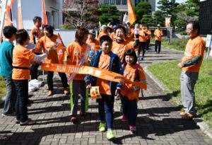 認知症の人やその家族らがたすきをつなぐリレーマラソン「RUN伴(ランとも)」が21日、綾部市内で行われ、市民に認知症に対する理解と支援を呼びかけた。