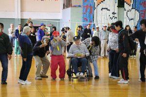 年齢、性別、障害の有無にかかわらず誰でも参加できる綾部のスポーツの祭典として3回目を迎える「あやリンピック」(あやリンピック実行委員会主催、あやべ市民新聞社など後援)が10月28日、並松町の市民センターで開かれ、過去最多の約200人の参加でにぎわった。