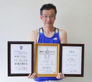 市陸上競技協会財務部長の木下和浩さん(50)=本町7丁目=がこのほど、奈良県のならでんフィールドで開催された「2018国際ゴールドマスターズ奈良大会」(国際マスターズ競技連合主催)の100㍍障害(50~54歳の部)種目に出場し、自己ベストの15秒99のタイムで7位に入賞。昨年、大病を患い「陸上競技ができなくなるかも」というどん底の状況から、苦しいリハビリに励んで復活した。それだけに、今回の好成績とともに、陸上競技ができる喜びをかみしめている。