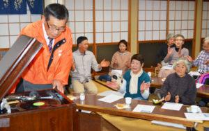 味方町の紫水ケ丘公会堂で16日、地元住民たちが運営している「さろん紫水の丘」(高橋勝次郎代表)の活動があり、高齢の参加者たちが蓄音機でかかる懐メロソングを聴いて、ひと時を楽しんだ。