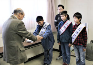 上林小・中一貫校(八津合町、小林昌宏校長)の6年生がこのほど、上林の歴史を知るためのおすすめスポットをまとめたパンフレット「上林ウォーカー」を完成させ、多くの人に見てもらいたいと26日に八津合町の市観光センターを訪れ、設置を依頼した。