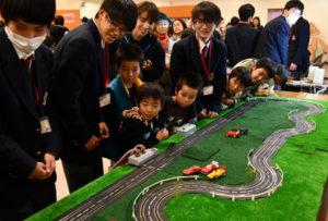 川糸町の府総合教育センター北部研修所で8日、「親子おもしろ学び教室」(府総合教育センター主催)が開かれ、中丹地域など府内各地から小学生の親子連れが参加し、子どもたちはロボットの操作など様々な体験を楽しんだ。