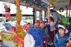 クリスマスシーズンに合わせ市は今月25日まで、あやバスの車内にクリスマスの飾り付けをした「クリスマスバス」を運行している。20日には綾東こども園(十倉名畑町)の5歳児23人がクリスマスバスに乗り、雰囲気を楽しんだ。