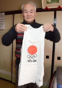 いよいよ来年に迫った東京オリンピック。6日からはNHKでオリンピックを題材にした大河ドラマ「いだてん」も始まり、徐々に盛り上がりを見せているが、1964(昭和39)年に開かれた前回の東京五輪では綾部にも聖火が通った。元小学校校長の白藤隆夫さん(71)=綾中町=は綾部高校2年生の時、日の丸を胸にランナーの一人として聖火を運んだ。しかし五十数年が経過する中で当時の情景がはっきりと思い出せずにいることから「当時、聖火ランナーとして走った同じ年ごろの人が多くいるはず。みんなで話が出来たら面白いのに」と感じている。