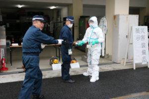 綾部署(大野秀一署長)は16日、大規模な地震発生を想定した警備訓練を宮代町の同署で行い、署員ら約40人が被留置者の移送やエアテントの設置、原子力災害を含めた装備品の使い方などを確認した。