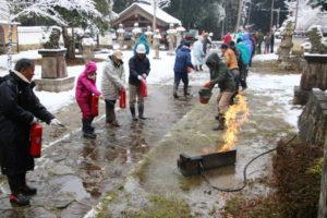 高津町の高津八幡宮(朝倉有紀宮司)の境内で26日、多くの住民が見守る中、第65回「文化財防火デー」の運動の一環として火災想定訓練が行われた。