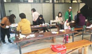 貴重な自然の恵みであるジビエ料理の普及に加え、シカの獣害について学ぶことを目的として、ヘルシーなシカを食べてシカを減らし自分の脂肪も減らそう―というイベント(NPO法人・里山ねっとあやべ主催)が鍛治屋町の市里山交流研修センターで1月26、27日の2日間にわたって開かれた。参加したのは綾部市、福知山市、京丹後市、そして京都市や大阪府枚方市から集まった11人の女性たちで、記者もその一人。2回の連載で催しの様子を報告する。
