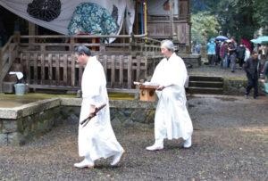 金河内町の阿須々伎神社(四方義規宮司、松井基筆頭総代)で3日に茗荷(みょうが)祭、篠田町の篠田神社(四方義規宮司、榊原均筆頭総代)で4日に筍(たけのこ)祭が営まれた。いずれも「志賀郷の七不思議」とされており、それぞれ境内の「お宝田」に自生するミョウガ、タケノコを刈り上げ、その年の農作物の豊凶を占う神事だ。