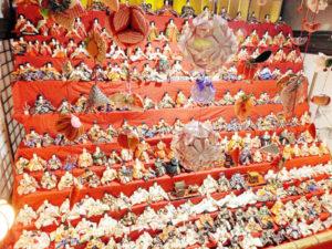12段飾りの圧倒的なスケールの雛(ひな)壇を中心に500体以上の雛人形などが飾られた真言宗東光院(上延町、松井真海住職)の第3回「ひな祭りin綾部」が6日から始まった。3月3日まで。