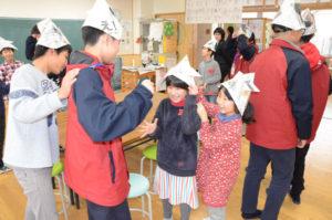 これまでから国際交流活動に注力している八津合町の上林小中一貫校(小林昌宏校長、39人)に13日、中国内陸部にある大都市・重慶市から中学1年生に相当する重慶第二外国語学校の生徒39人が来校。上林の小中学生と言葉や文化の違いを乗り越えて交流した。