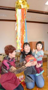 移動型バリアフリーサロンの「喫茶シボラ」が18日に栗町の栗文化センターで開かれ、来店者数が累計5千人を突破した。記念すべき5千人目となったのは母親の眞下恵さん(36)=栗町=と一緒に訪れた隼(はやと)ちゃん(1つ)。恵さんは「誘ってもらって初めて来たのにびっくり」と驚き、隼ちゃんも手をたたいて喜んだ。